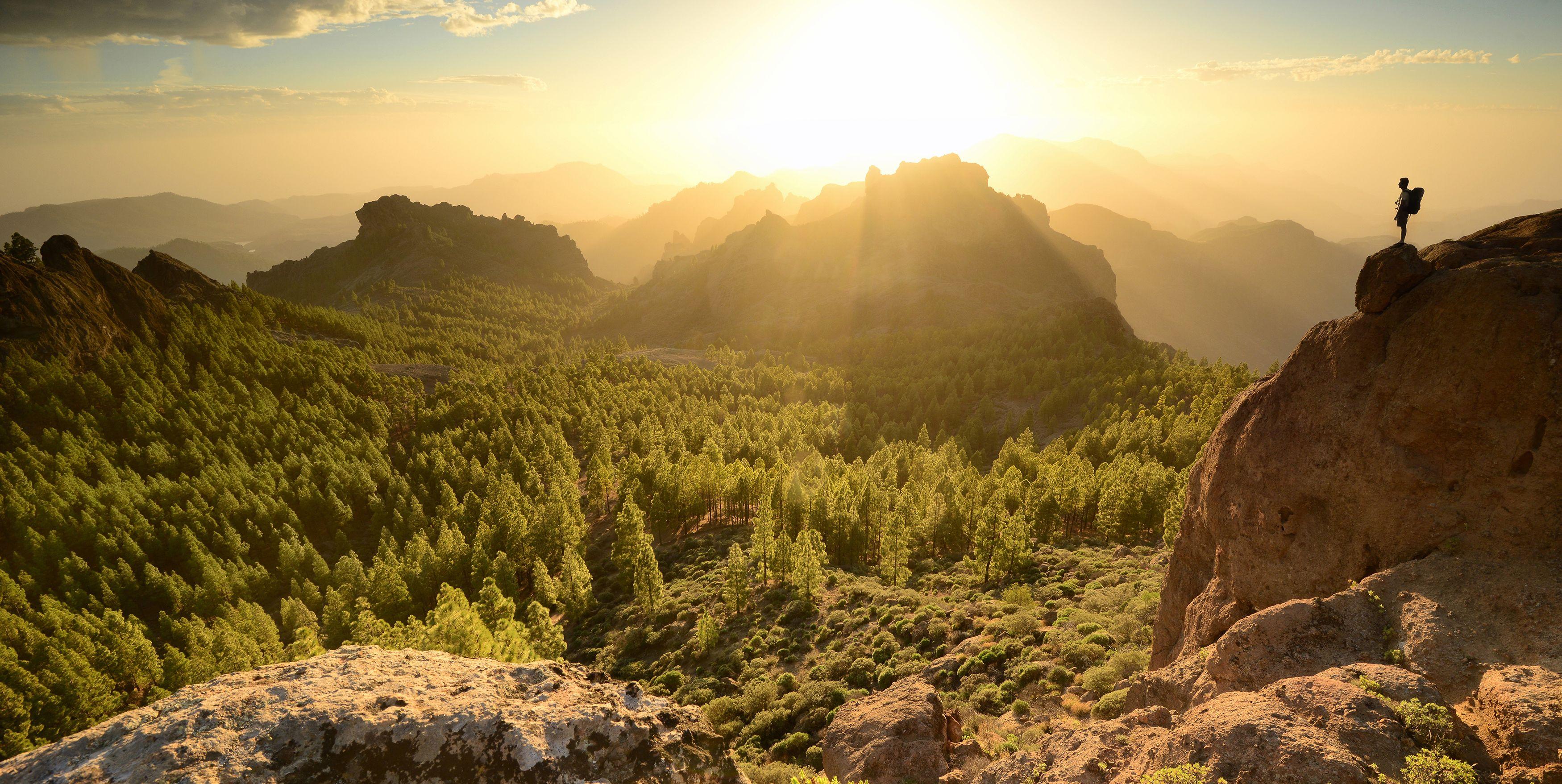 Hombre en lo alto de una montaña de la isla de La Palma, islas Canarias