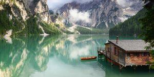 Barco solitario en el Lago di Braies, Dolomitas elle.es
