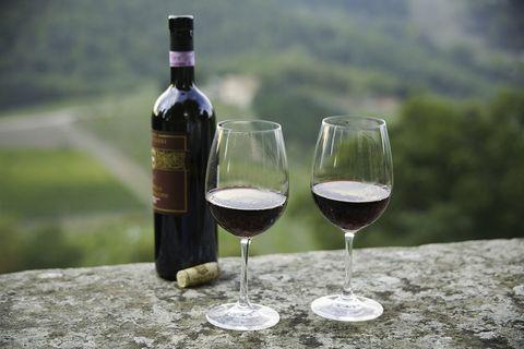 italiaanse wijn   glazen en fles