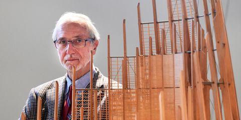 Renzo Pianovicino a un modello del centro culturale Tjibaou di Noumea a Parigi