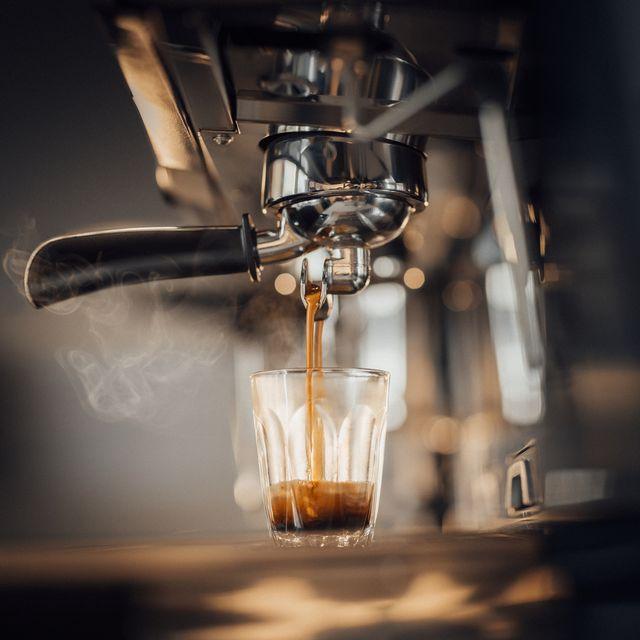 koffiemachine die koffie aan het zetten is