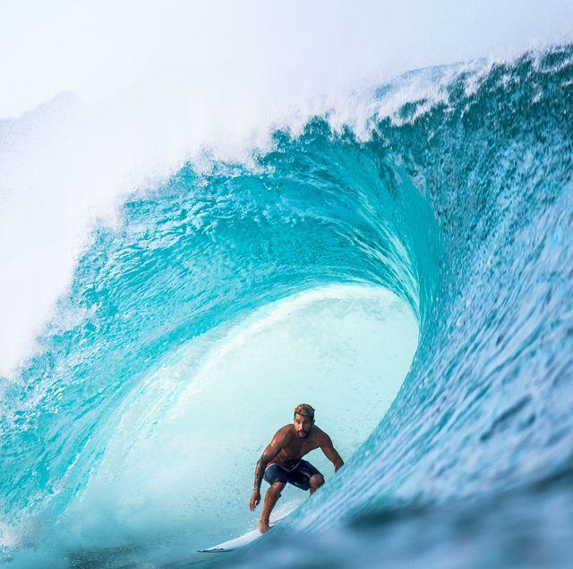 italo ferreira surf en la playa de pipeline en haleiwa, hawai, usa