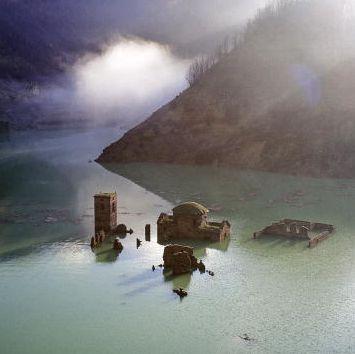 fabbriche di careggine emerging out of water
