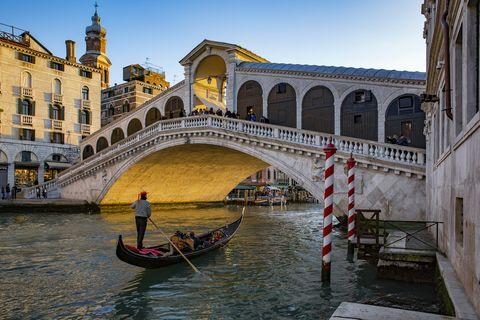 Italy, Veneto, Venice, Gondola on Canal Grande in front of Rialto Bridge