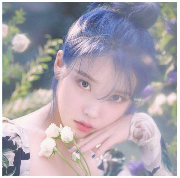 IU釋出新髮色!「柔霧寶石藍」再度美出新高度,在陽光下完全是花仙子下凡