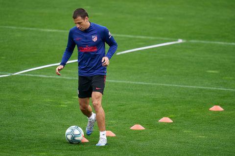 el futbolista del atlético de madrid ivan saponjic realiza un entrenamiento individual tras la vuelta al trabajo por el coronavirus