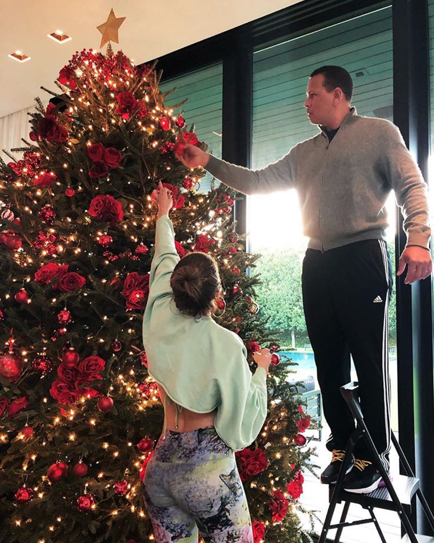 Jennifer Lopez And Alex Rodriguez Decorate Their Christmas Tree In Roses With Family