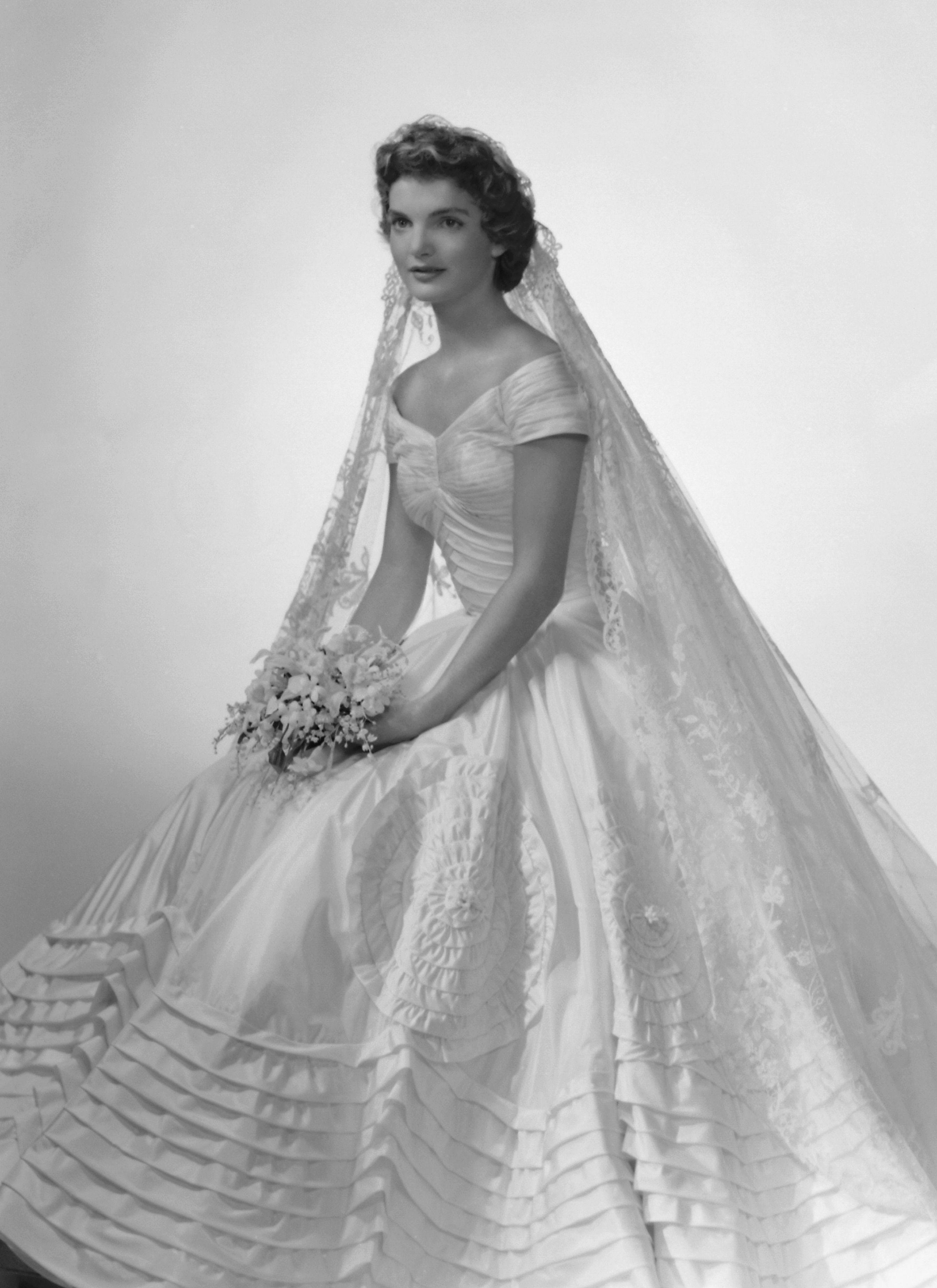 image. Getty Images. 5. Il vestito da sposa di Jackie Kennedy era  azzeccatissimo