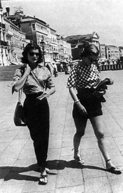 jacqueline bouvier and her sister caroline lee bouvier in venice, 1951