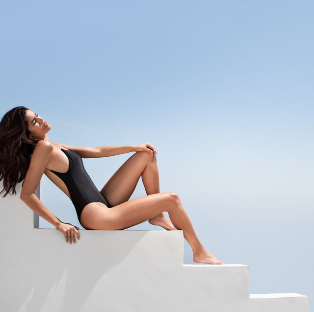 Human leg, Leg, Sitting, Beauty, Skin, Model, Photo shoot, Fashion, Thigh, Long hair,