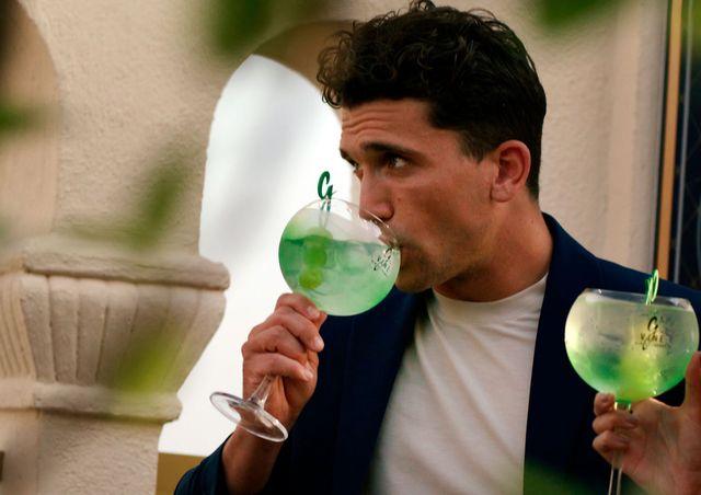jaime lorente tomándose un gin tonic de g'vine