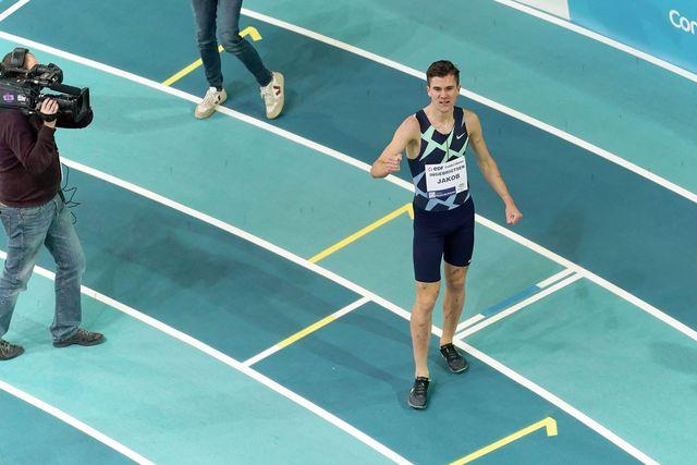 el atleta noruego jakob ingebrigtsen saluda tras batir el récord de europa indoor de 1500 metros