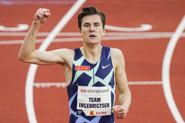 el noruego jakob ingebrigtsen celebra su récord europeo de 2000m en los impossible games de oslo tras quitárselo a steve cram