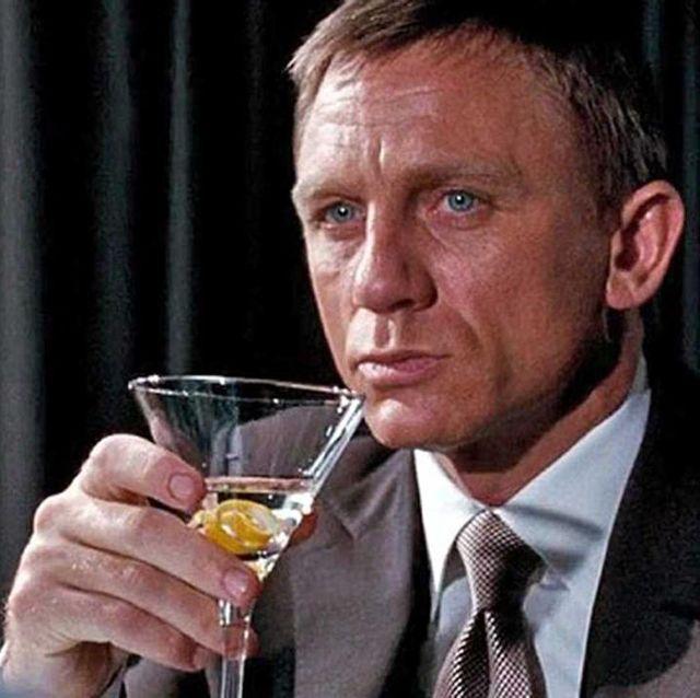 『007/ゴールデンアイ』でウォッカマティーニを飲むジェームズ・ボンド(ダニエル・クレイグ)