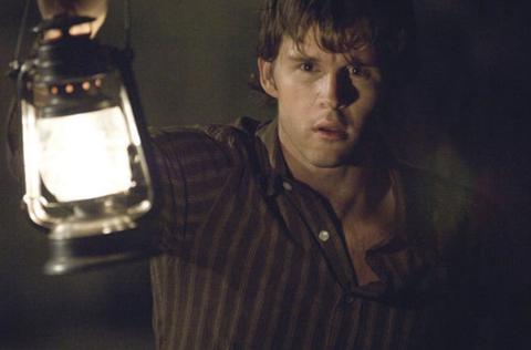 Imagen de la pelicula silencio desde el mal con un chico con una linterna