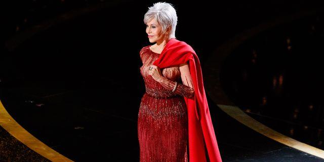 jane fonda en los oscar 2020 con un vestido largo repetido de elie saab y su abrigo rojo símbolo de su lucha contra el cambio climático