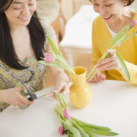 mother daughter flower arranging