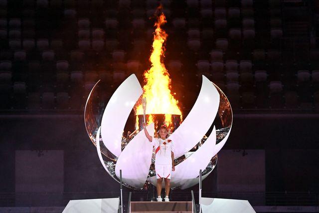 naomi osaka posa con el fuego olímpico en la inauguracion de los juegos olimpicos de tokio