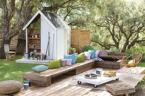 jardín con caseta y salón exterior