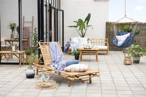 zonas de exterior porche con tumbona y muebles de caña