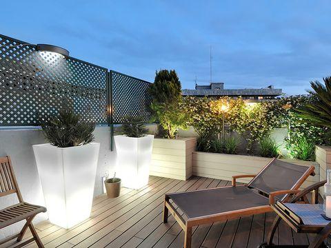 terraza ático con jardineras retroiluminadas