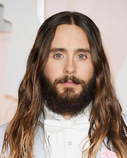jared leto con pelo muy largo y barba muy poblada