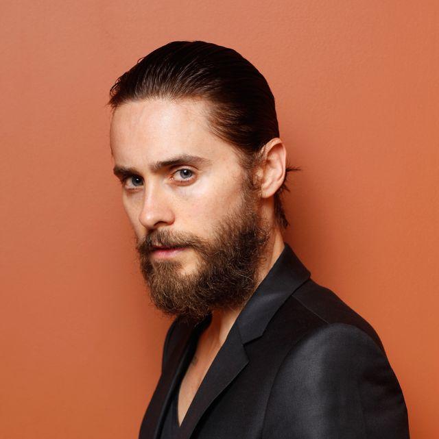 jared leto con pelo engominado corto y barba poblada