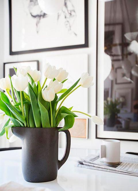 jarra de leche en negro a modo de florero