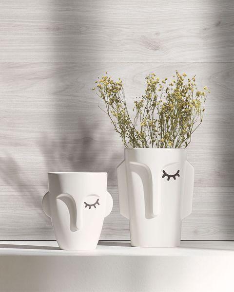 jarrón de cerámica blanca con cara