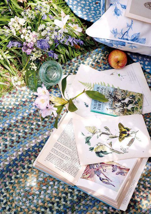 Alfombrilllas y jarrón con flores