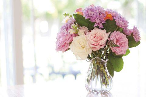 jarrón con ramo de rosas