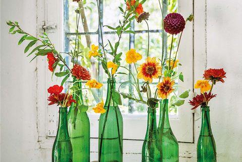 Botellas de vidrio con flores