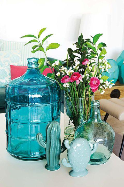 Mesa de centro con jarrones y adornos en azul