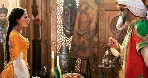 "Naomi Scott y Navid Negahban en ""Aladdin"""