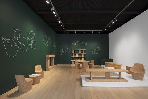 """Vista dell'installazione di """"Corks"""" di Jasper Morrison nella galleria Kasmin"""