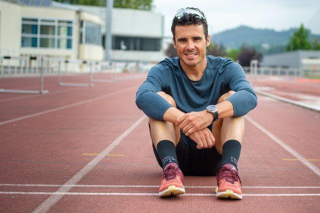 el triatleta javier gómez noya posa en la pista de atletismo tras completar un entrenamiento