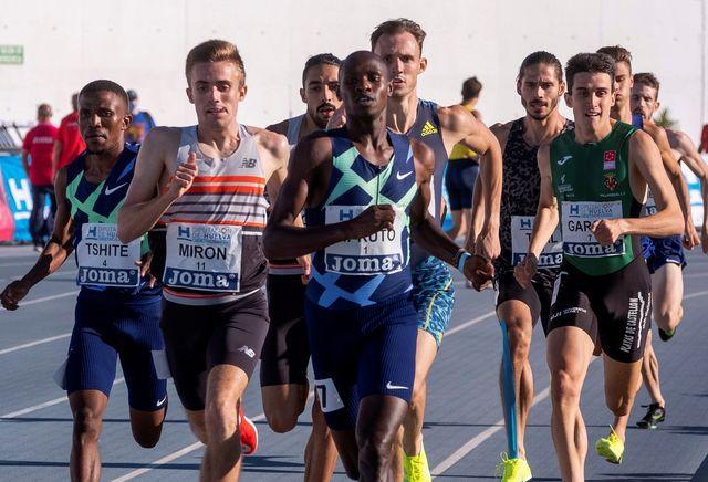 javier mirón corre los 800 metros en el mitin de huelva