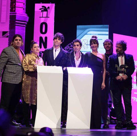 Los Javis y parte del elenco de la serie 'Paquita Salas' en los premios Ondas