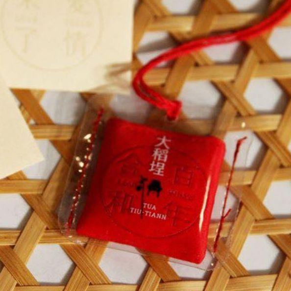 七夕前就脫單!霞海城隍廟x聶永真推「情人節月老祈福香袋」,極簡設計的愛情配方