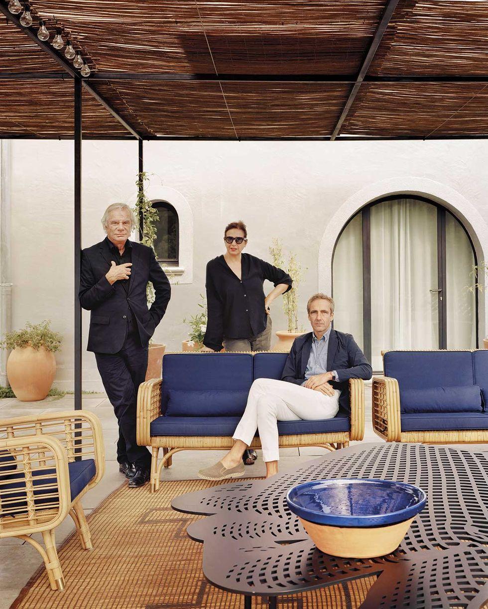阳台藤椅配蓝色垫子