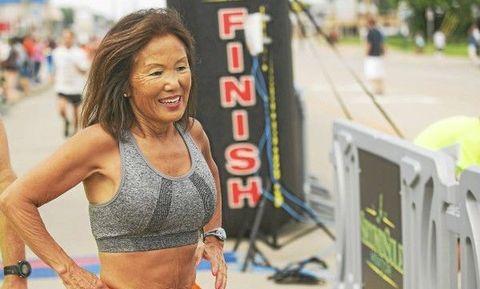 Fonkelnieuw 70-jarige vrouw loopt waanzinnig snelle marathon in Chicago ZK-31