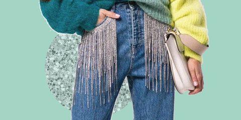La moda 2019 ti sorprende con il denim perché come sfrangiare i jeans aggiungendo glam è presto fatto con i mom jeans di Circus Hotel con frange di cristalli.