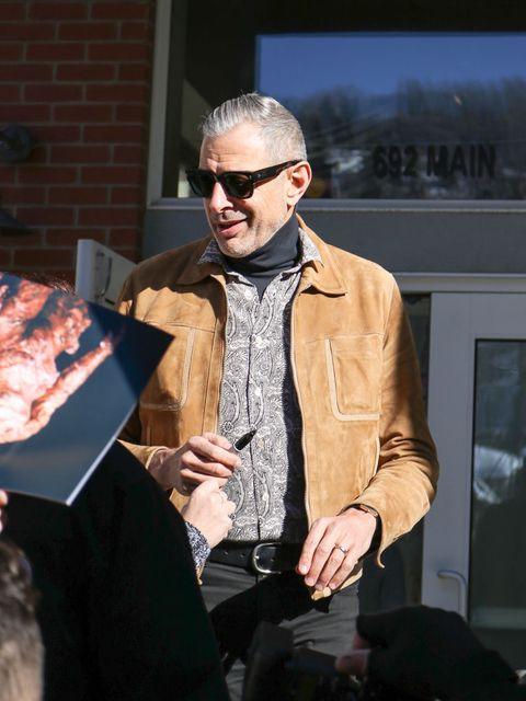 chaqueta ante hombre, look chaqueta hombre, look famosos ante,Jeff Goldblum