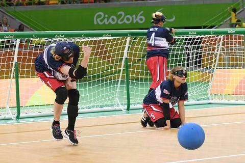 ゴールボールを投げる選手