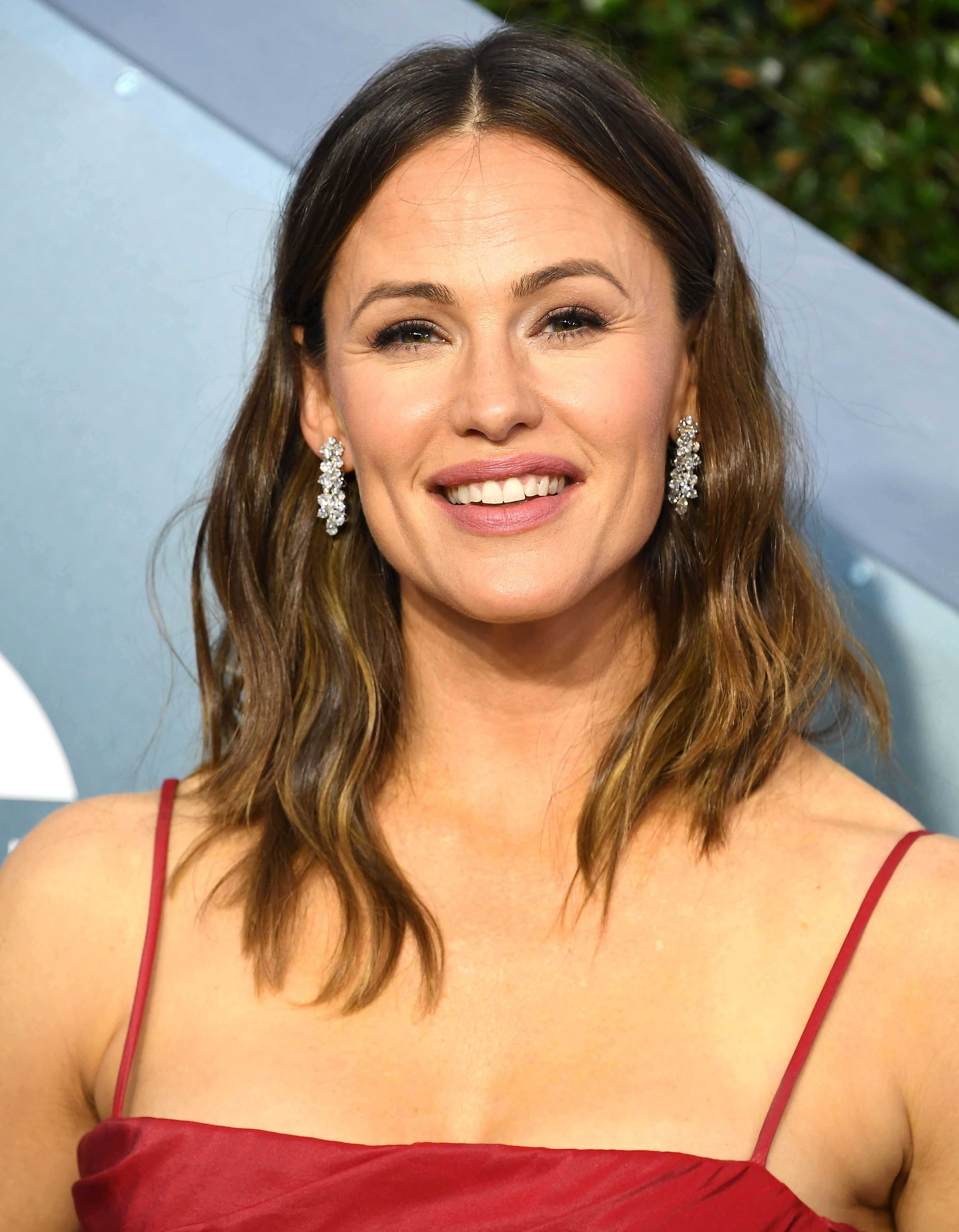 Watch Jennifer Garner Show Off Her Ballet Moves—On A Moving Airport Walkway