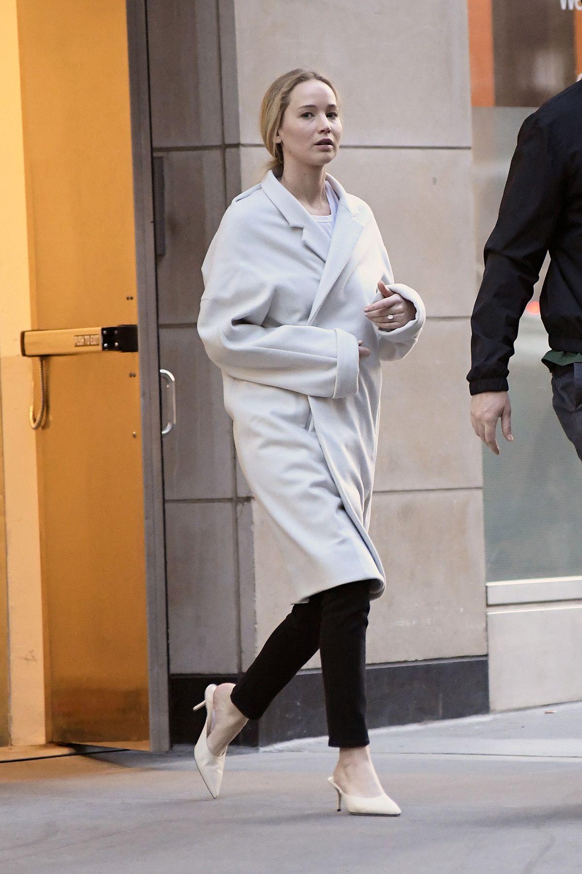 Jennifer Lawrence luce su anillo de compromiso durante un romántico paseo por Manhattan