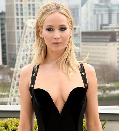 Jennifer Lawrence Just Wore A Replica Of Elizabeth Hurleys Infamous