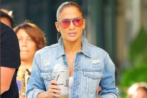 Jennifer Lopez pierde todo su glamour y sale a la calle en chanclas y con la toalla en la cabeza