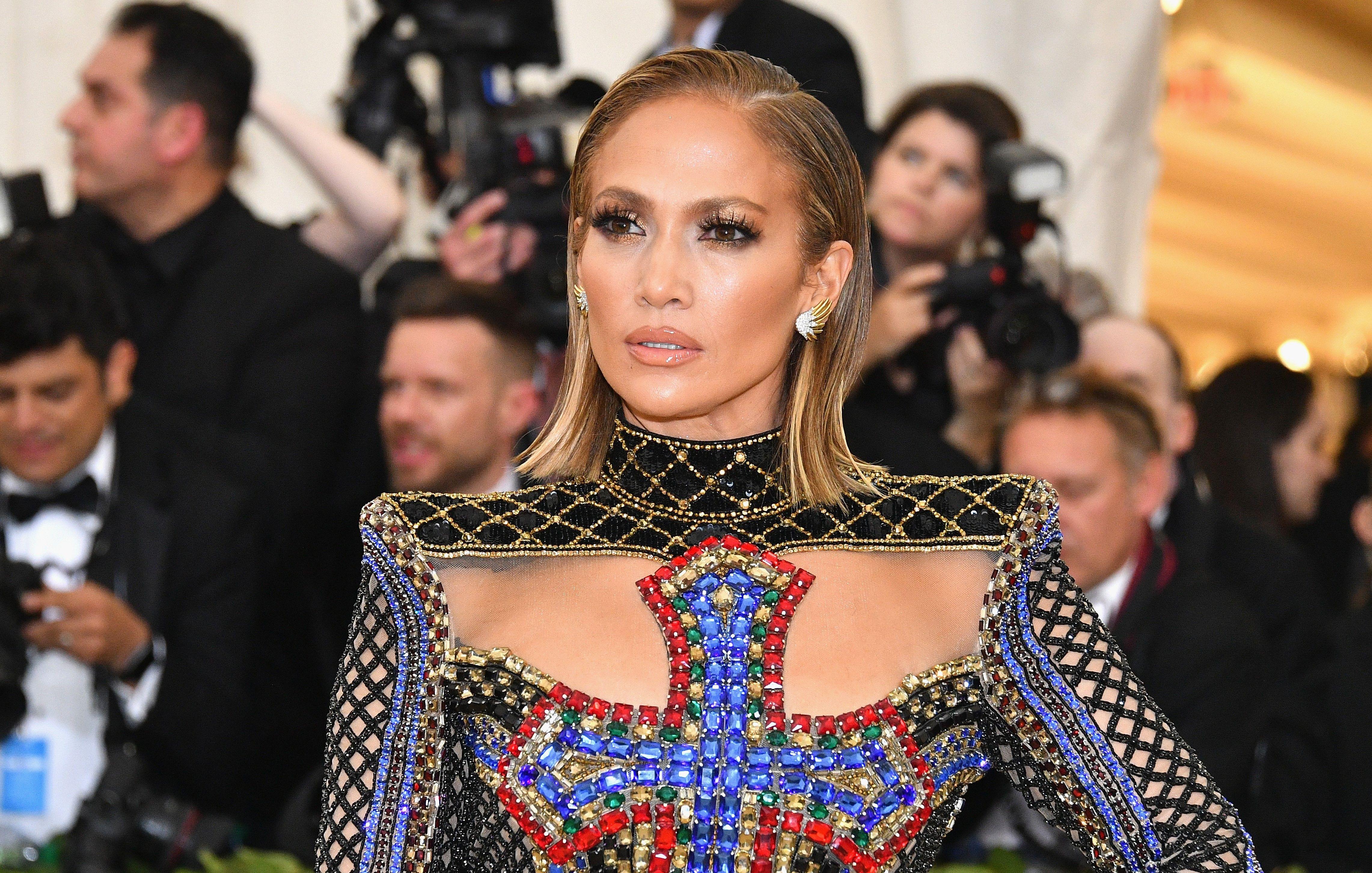 Jennifer Lopez con jeans e blazer ci regala il look perfetto per l estate  2018 578dd24826e