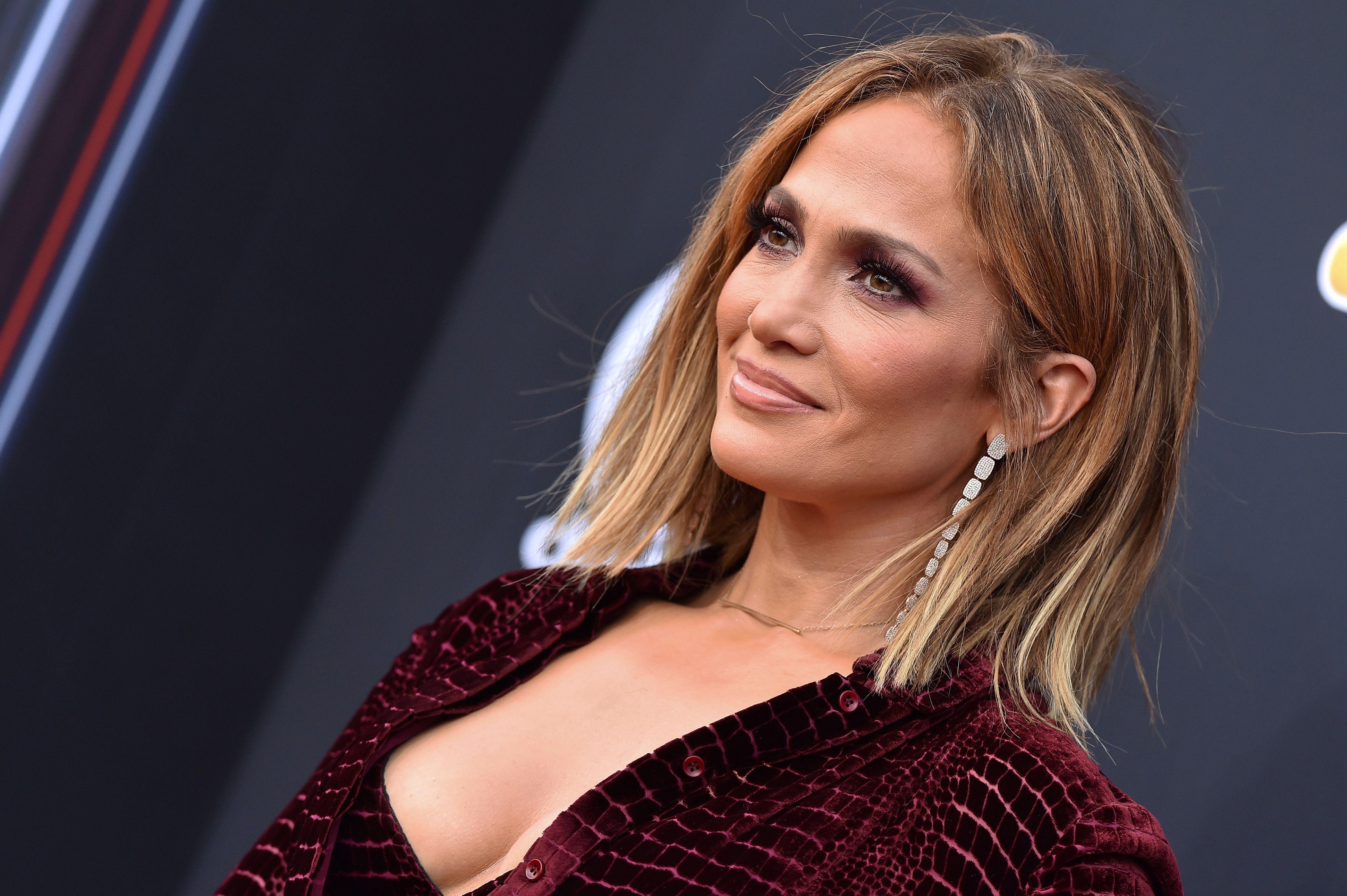 Jennifer Lopez news  l accessorio dell Estate 2018 è nel suo look 44865e11303